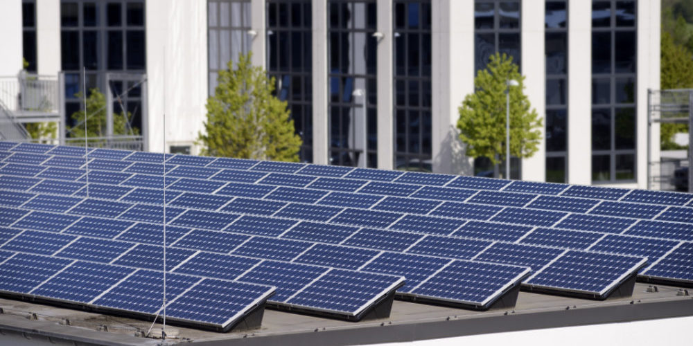 Selber investieren oder Photovoltaikanlage pachten: das ist die Zukunft für Unternehmen mit hohem Eigenverbrauch